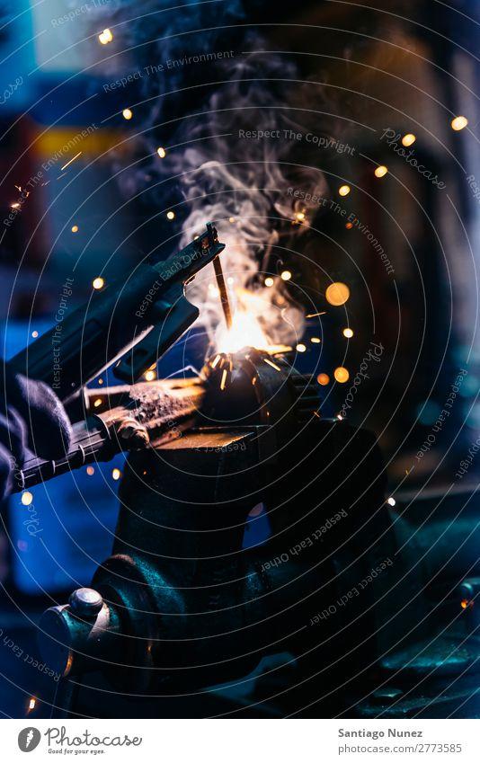 Mechaniker beim Schweißen von Metallmaterial in der Garage Werkzeug Handel Schweißer Mitarbeiter Gasbrenner Kaukasier Handwerk Kunsthandwerker Automechaniker