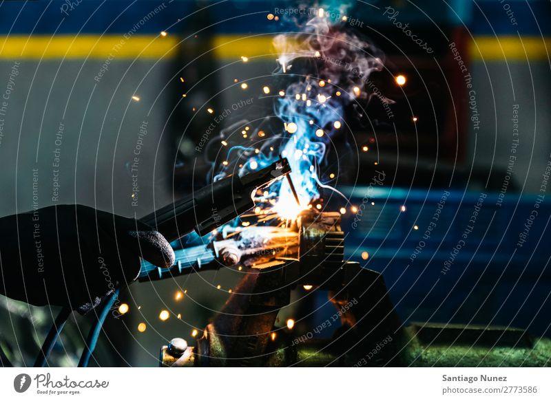 Professionelles mechanisches Schweißen. Werkzeug Handel Schweißer Fackel Maske Mitarbeiter Gasbrenner Kaukasier Handwerk Kunsthandwerker Automechaniker