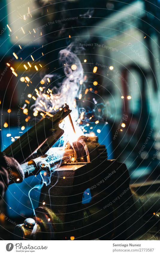 Mechaniker beim Schweißen von Metallmaterial in der Garage. Werkzeug Handel Schweißer Mitarbeiter Gasbrenner Kaukasier Handwerk Kunsthandwerker Automechaniker