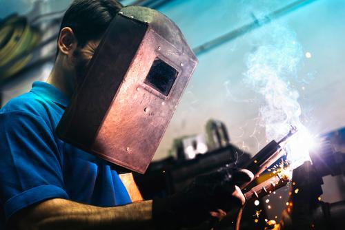 Professionelles mechanisches Schweißen. Werkzeug Handel Schweißer Fackel Maske Mitarbeiter Gasbrenner