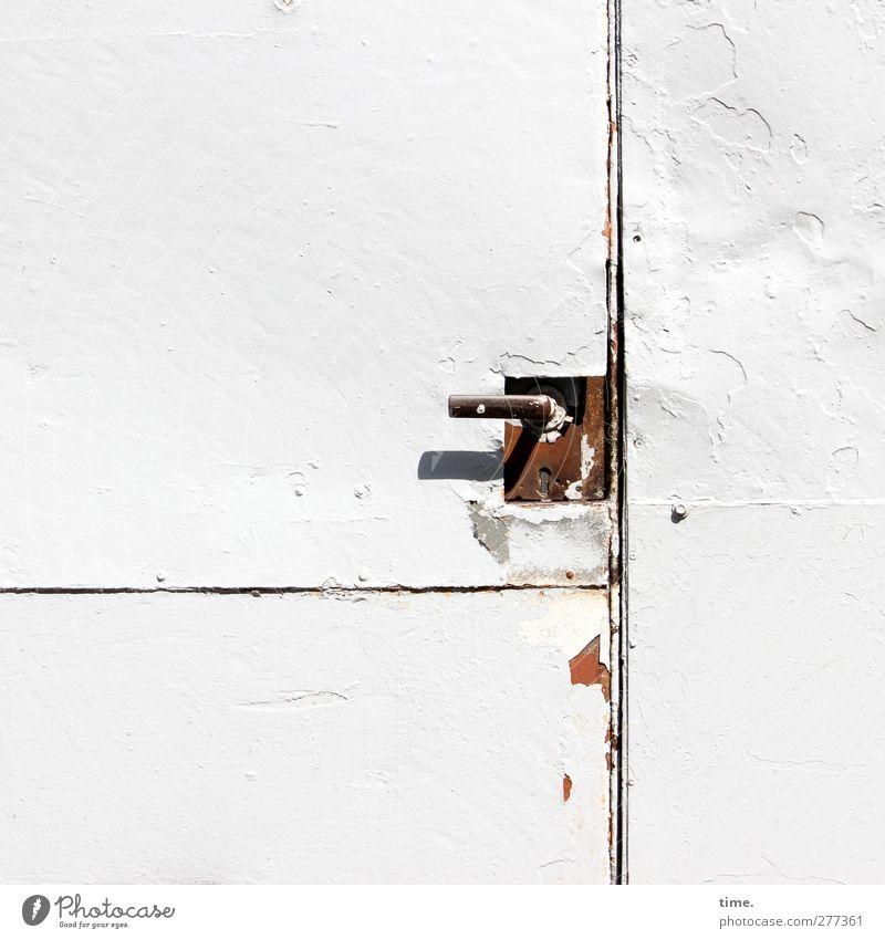 =| Tür Griff Metall alt authentisch eckig fest historisch kaputt Stadt rot weiß Kontrolle Schutz Sicherheit stagnierend lackiert verschlossen geschlossen