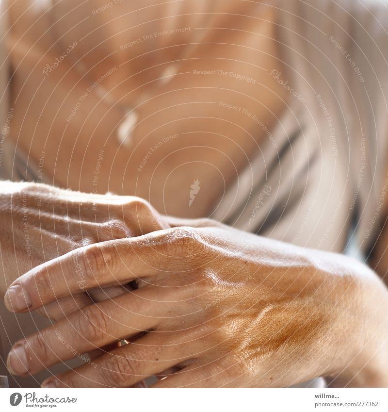 zuhören Frau Hand schön ruhig Erwachsene Erholung feminin Zufriedenheit natürlich Haut ästhetisch Finger Vertrauen Gelassenheit Schmuck Fingernagel