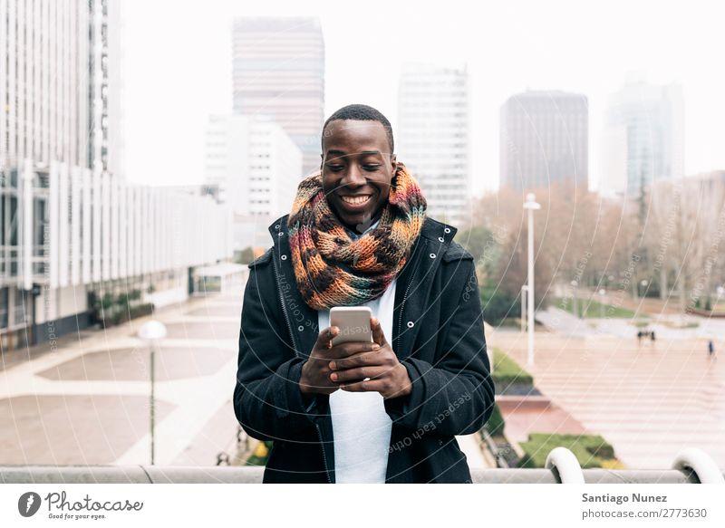 Geschäftsmann auf der Straße. Mann schwarz Afrikanisch Amerikaner Business Handy Jugendliche Telefon Glück Mobile Außenaufnahme PDA Texten Mitteilung Tippen