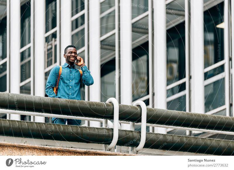 Geschäftsmann auf der Straße. Mann schwarz Afrikanisch Amerikaner Business Handy Jugendliche Telefon Glück Mobile Außenaufnahme PDA Büro Mensch Mitteilung