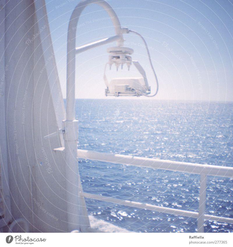 Reling Himmel blau Wasser Ferien & Urlaub & Reisen weiß Sommer Meer Ferne Wärme Freiheit Lampe Luft hell Horizont Wellen Tourismus