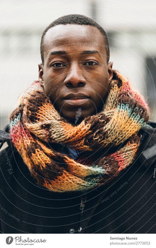 Ein gutaussehender afrikanischer Mann auf der Straße. schwarz Afrikanisch Amerikaner Porträt Porträtmalerei Business Geschäftsmann Motorhaube kalt Jugendliche