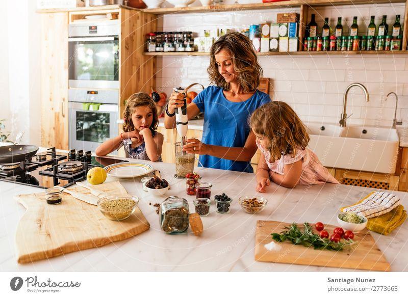Kleine Schwestern kochen mit ihrer Mutter in der Küche. Kind Mädchen kochen & garen Koch Mischmaschine Tomate Pizza Gemüse Tochter Aufstrich Tag Glück Freude