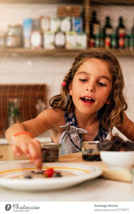 Porträt eines kleinen Mädchens beim Backen von Keksen. Kind Ernährung kochen & garen Koch Küche Appetit & Hunger Vorbereitung machen Lächeln lachen Mittagessen