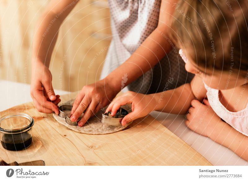 Kleine Schwestern Mädchen bereitet das Backen von Keksen vor. Kind kochen & garen Koch Küche Schokolade Speiseeis Tochter Tag Glück Freude