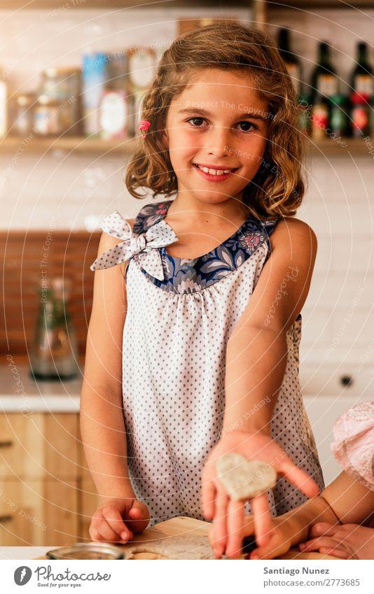 Kleines Mädchen zeigt ihren Keks. Kind Ernährung Fressen Verkostung Essen genießend Porträt Appetit & Hunger Lächeln lachen Mittagessen Baby dreckig gefärbt