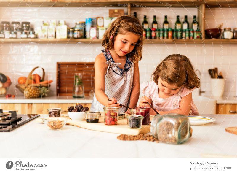 Kleine Schwestern Mädchen bereitet das Backen von Keksen vor. Kind Ernährung Porträt kochen & garen Koch Küche Appetit & Hunger Vorbereitung machen Lächeln
