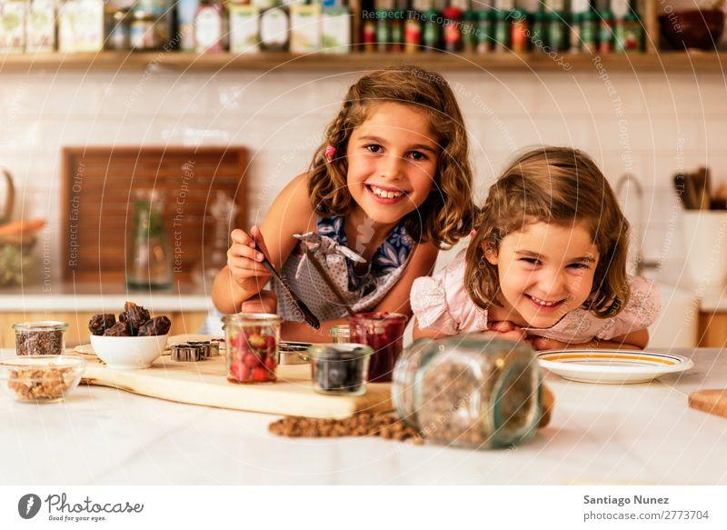 Kleine Schwestern Mädchen bereitet das Backen von Keksen vor. Kind kochen & garen Koch Küche Schokolade Mehl dreckig gefärbt lachen Tochter Tag Glück Freude