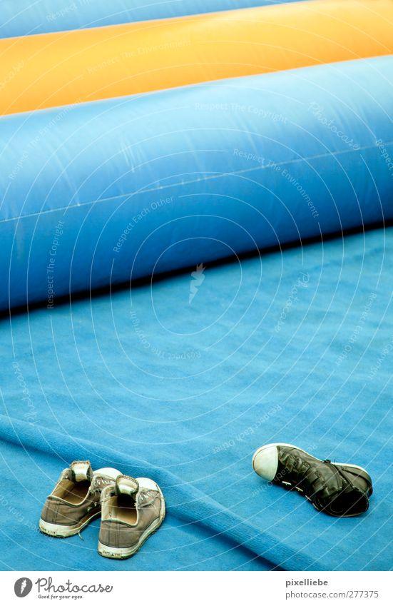 Luftkissen Schuhe Turnschuh Kunststoff Hüpfburg Matten Farbfoto Außenaufnahme Menschenleer Tag Bildausschnitt