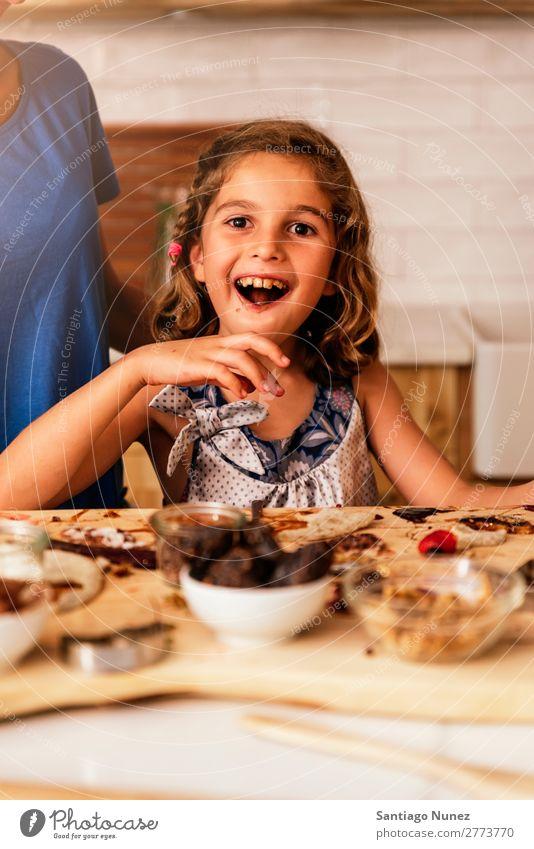 Kleines Mädchen kocht mit ihrer Mutter in der Küche. Kind Ernährung Fressen Verkostung Essen genießend Porträt Appetit & Hunger Lächeln lachen Mittagessen Baby