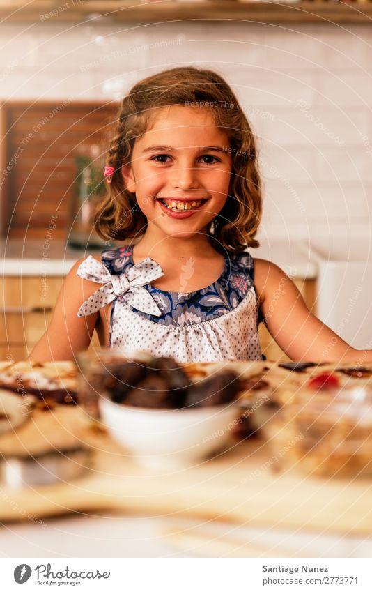 Porträt eines kleinen Mädchens beim Backen von Keksen. Kind Ernährung Schokolade Fressen Verkostung Essen genießend Appetit & Hunger Lächeln lachen Mittagessen