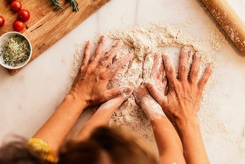 Kleines Mädchen knet mit ihrer Mutter Mehl. Kind Hand Koch kochen & garen Küche kneten Teigwaren Tochter Tag Glück Freude Familie & Verwandtschaft Liebe backen
