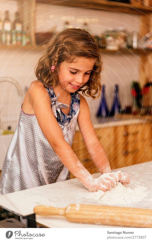 Kleinkind Mädchen knetenden Teig vorbereiten für das Backen von Keksen. Kind Koch kochen & garen Küche Mehl Schokolade Tochter Tag Glück Freude