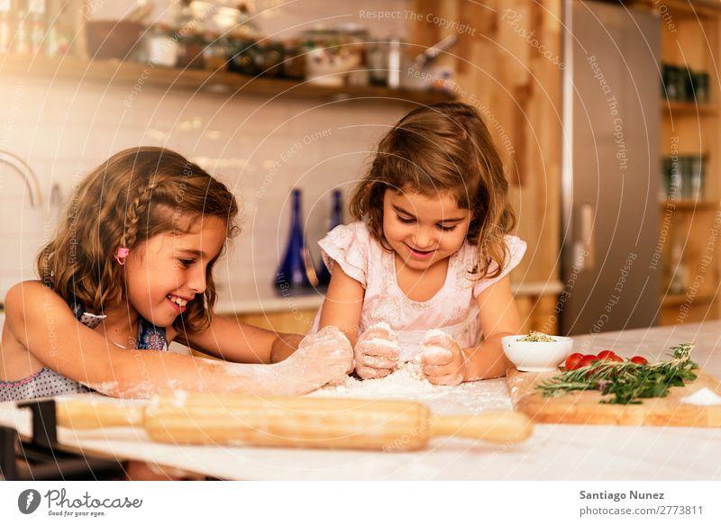 Kleine Schwestern Mädchen bereitet das Backen von Keksen vor. Kind kochen & garen Koch Küche Mehl Teigwaren backen Schokolade Speiseeis Erdbeeren Tochter Tag
