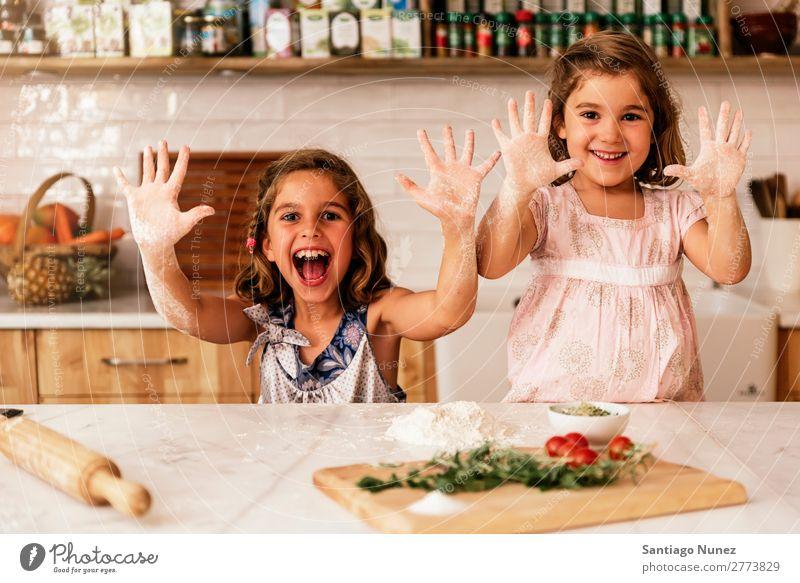 Kleine Schwestern Mädchen bereitet das Backen von Keksen vor. Kind kochen & garen Koch Küche Schokolade Mehl Hand dreckig gefärbt lachen Tochter Tag Glück