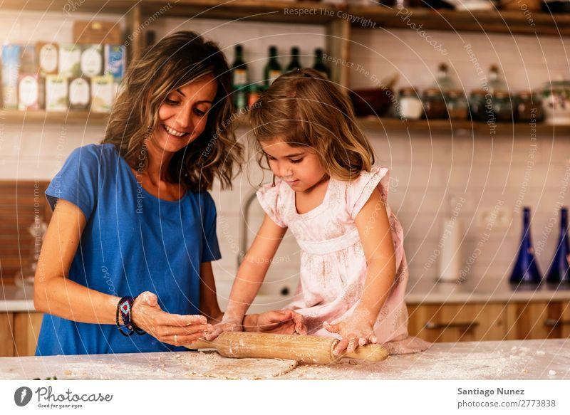 Kleinkind Mädchen knetenden Teig vorbereiten für das Backen von Keksen. Mutter Koch kochen & garen Küche Mehl Tochter Tag Glück Freude Familie & Verwandtschaft