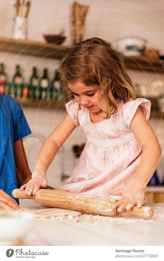Kleinkind Mädchen knetenden Teig vorbereiten für das Backen von Keksen. Kind kochen & garen Koch Küche Mehl Schokolade Tochter Tag Teigwaren Glück Freude