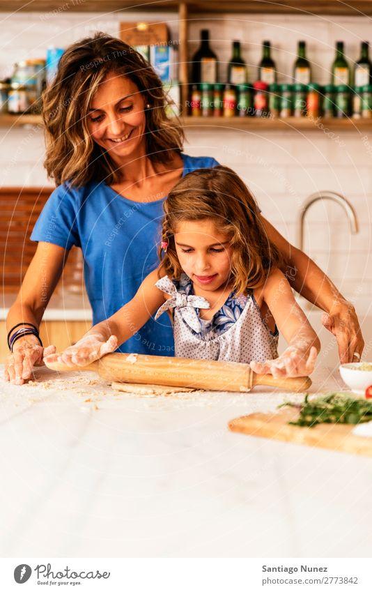 Kleinkind Mädchen knetenden Teig vorbereiten für das Backen von Keksen. Mutter Koch kochen & garen Küche Mehl Schokolade Tochter Tag Glück Freude