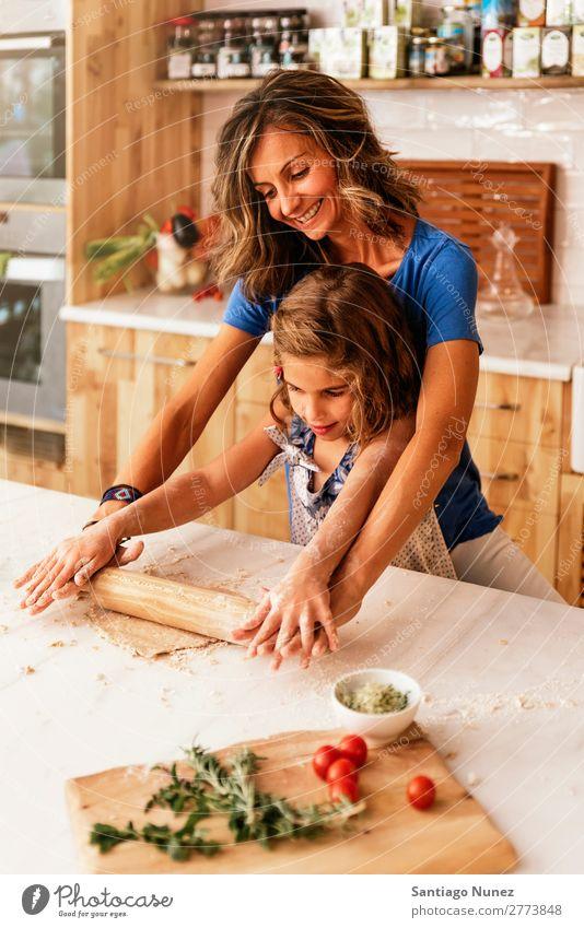 Kleinkind Mädchen knetenden Teig vorbereiten für das Backen von Keksen. Mutter Koch kochen & garen Küche Mehl Schokolade Tochter Teigwaren Tag Glück Freude