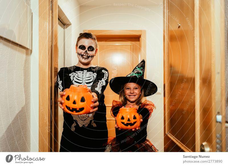 Glückliche Kinder verkleidet, sagen Trick oder behandeln. Halloween Mädchen Junge malen Skelett Hexe Freude Familie & Verwandtschaft Schwester Freundschaft