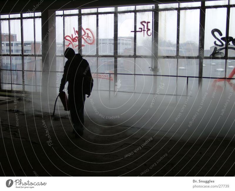 leer gespritzt Feuerlöscher Fensterfront Gegenlicht Industriegelände Mann schwarz grau Nebel Wörth am Rhein Wissenschaften Glas Mensch Chemie Rauch
