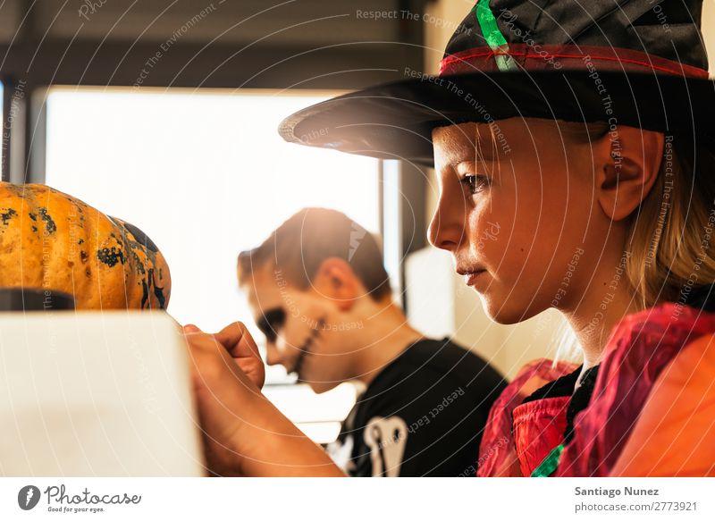 Glückliche Kinder verkleideten sich und schmückten zu Hause einen Kürbis. Halloween Mädchen Junge malen Skelett Hexe Freude Familie & Verwandtschaft Schwester