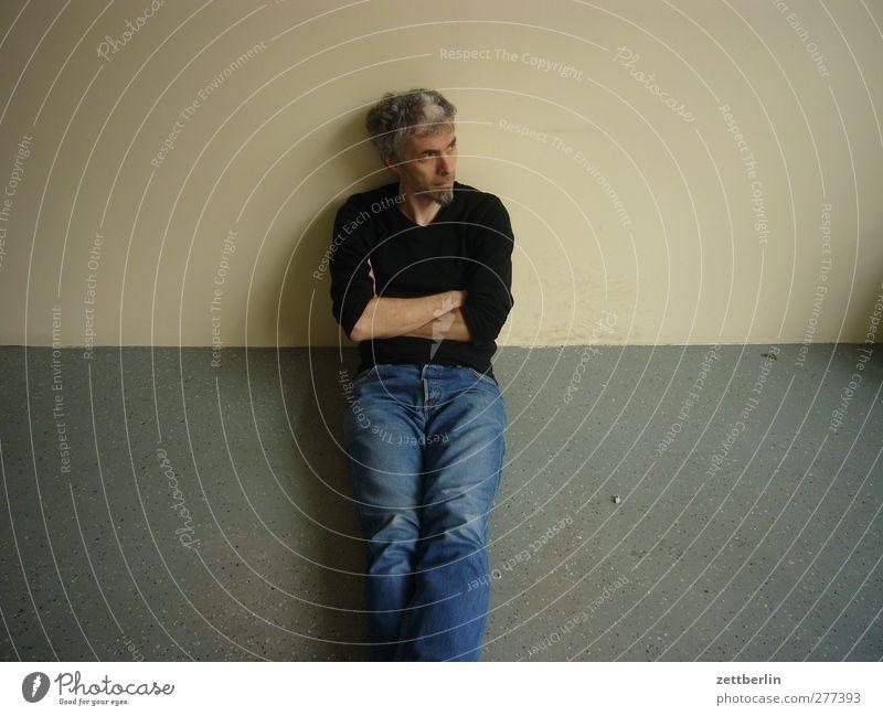 Sitzen Mensch Mann Erwachsene Wand Traurigkeit Wohnung sitzen Freizeit & Hobby warten maskulin Häusliches Leben Bodenbelag 45-60 Jahre Jeanshose Bart Müdigkeit