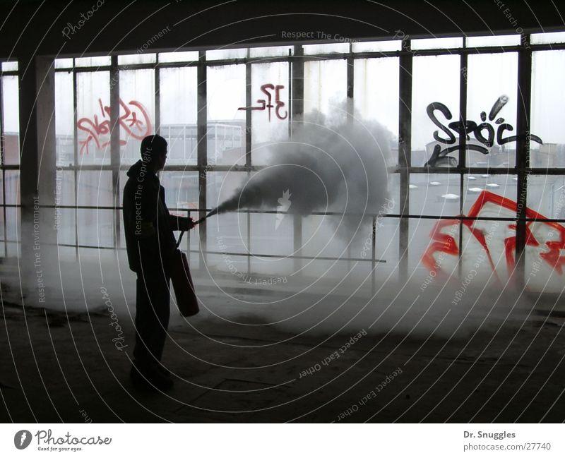 Feuerlöscher Mann schwarz Glasfassade Fensterfront Fabrikhalle Nebel Unsinn Gegenlicht grau Wörth am Rhein Wissenschaften Mensch Schatten Chemie Rauch