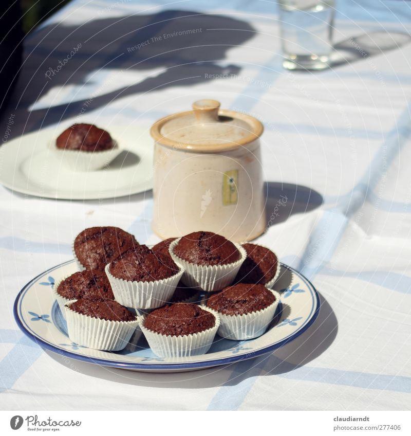 Schokoteilchen Lebensmittel Kuchen Süßwaren Teller Glas Duft lecker blau braun weiß Muffin schokobraun Schokolade Dose Zuckerdose Kaffeetisch Kaffeetrinken