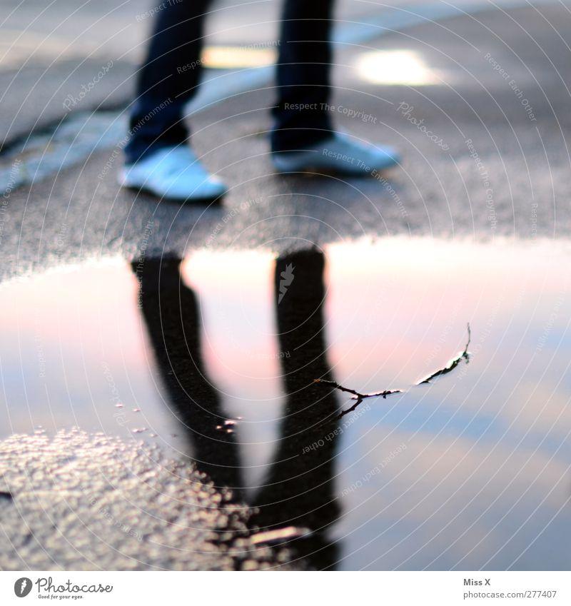 Spiegel Mensch Beine Fuß 1 Wasser schlechtes Wetter Regen nass Pfütze Spiegelbild Wasserspiegelung Farbfoto mehrfarbig Außenaufnahme Dämmerung