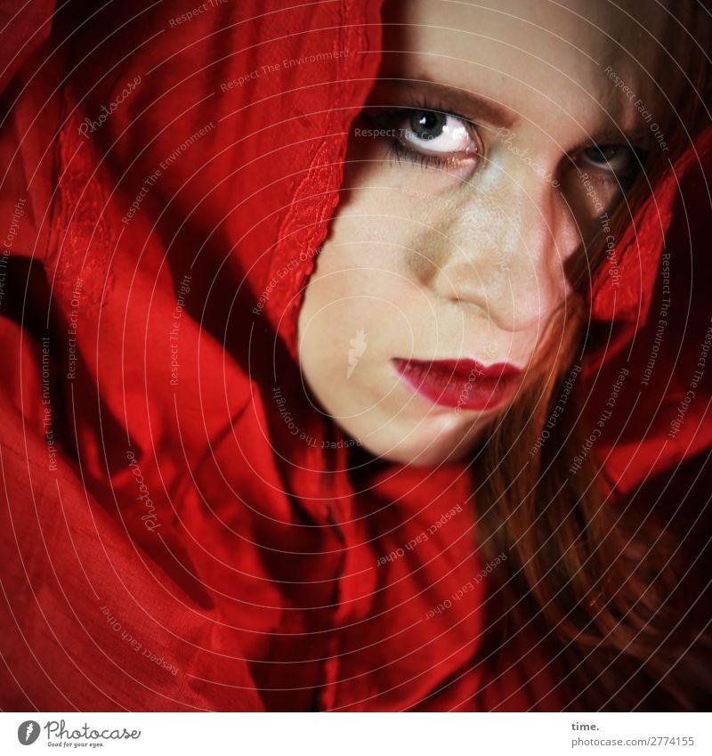 Anastasia Lippenstift feminin Frau Erwachsene 1 Mensch Schauspieler Stoff Kopftuch beobachten Blick dunkel gruselig Gefühle Willensstärke Schutz Wachsamkeit
