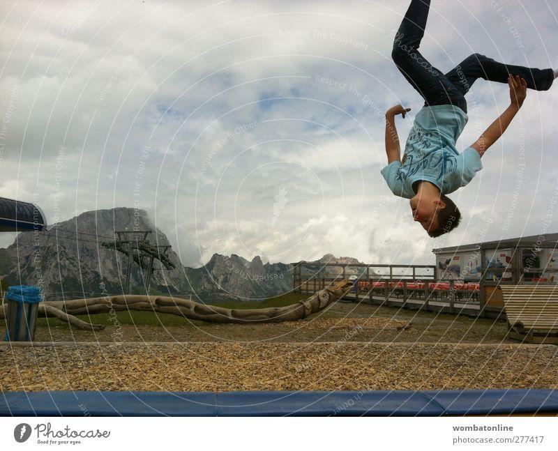 Walking on sunshine Mensch Himmel Natur Jugendliche blau Sommer Freude Erwachsene Berge u. Gebirge oben Bewegung springen Junger Mann Freizeit & Hobby einzeln