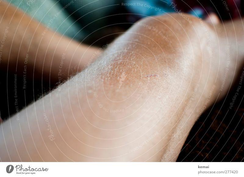 Fußballerknie maskulin Erwachsene Haut Beine Knie 1 Mensch 45-60 Jahre liegen dick nackt Behaarung angeschwollen Farbfoto Gedeckte Farben Innenaufnahme