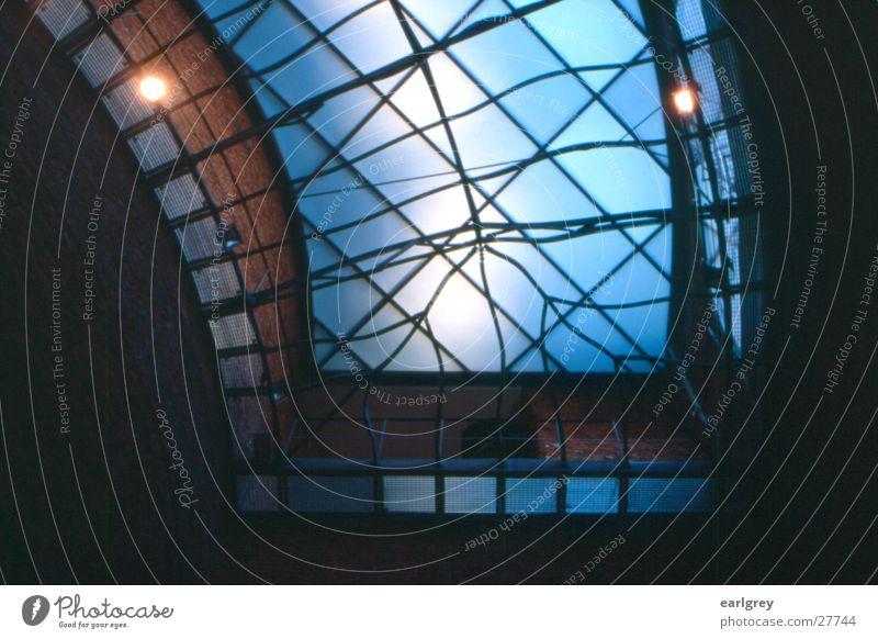Glasdach Dresden Gegenlicht Zitruspresse Bibliothek Architektur kunstakademie Stahlträger blau Scheinwerfer Innenaufnahme