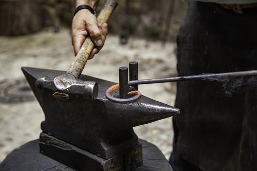 Eisenglühend in einem alten Metall kaufen Arbeit & Erwerbstätigkeit Industrie Handwerk Werkzeug Hammer Stahl glänzend dreckig heiß hell retro rot schwarz