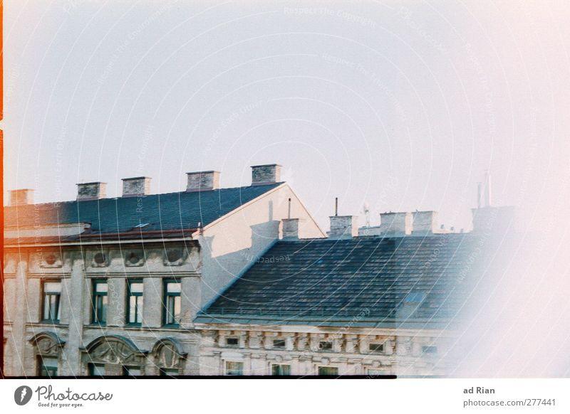 Am Gürtel Himmel Stadt alt Autofenster träumen Aussicht Dach Skyline Wolkenloser Himmel Stadtzentrum Altstadt analog Schornstein Wien Österreich fehlerhaft