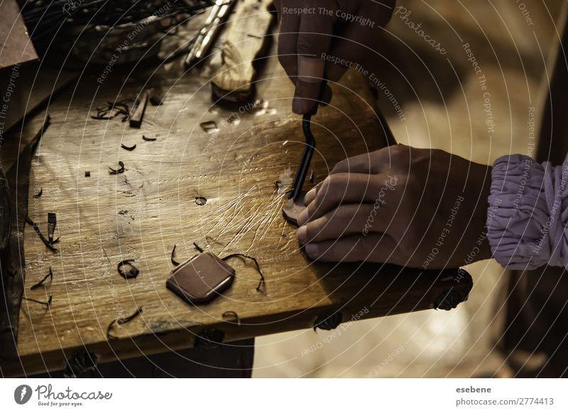 Person, die mit Leder arbeitet kaufen Haut Leben Freizeit & Hobby Tisch Arbeit & Erwerbstätigkeit Handwerk Werkzeug Schere Hammer Mann Erwachsene Mode Holz alt