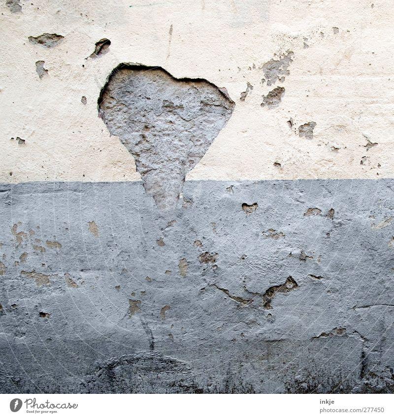 mit der Zeit wächst das Herz und wird Liebe alt Wand Mauer Stein Fassade Beton kaputt Vergänglichkeit verfallen Verfall Hälfte abblättern horizontal