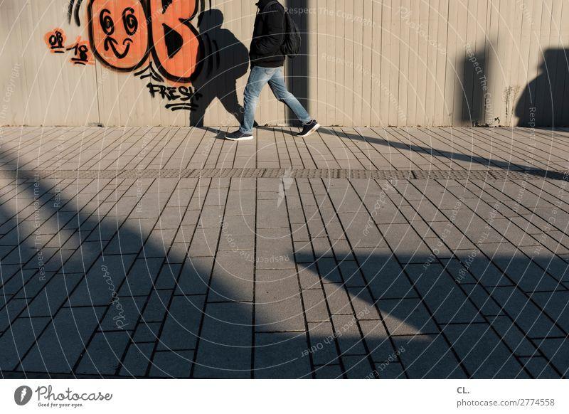 fußgänger Mensch Jugendliche Mann Stadt Junger Mann 18-30 Jahre Beine Erwachsene Leben Graffiti Wand Wege & Pfade Bewegung Mauer gehen maskulin