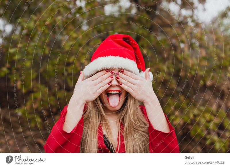 Junge Frau mit Weihnachtshut im Wald Lifestyle Freude Glück schön Gesicht Winter Weihnachten & Advent Mensch Erwachsene Lippen Natur Nebel Park Mode Hut blond