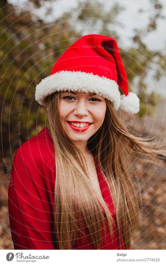 Junge Frau mit Weihnachtshut im Wald Lifestyle Freude Glück schön Gesicht ruhig Winter Weihnachten & Advent Mensch Erwachsene Lippen Natur Nebel Baum Park Mode