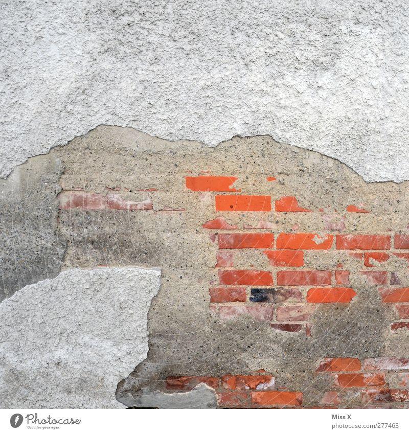 Farbfleck Mauer Wand Fassade alt grau rot Verfall Vergänglichkeit Backstein Putz Riss Farbfoto Muster Strukturen & Formen Menschenleer Textfreiraum oben
