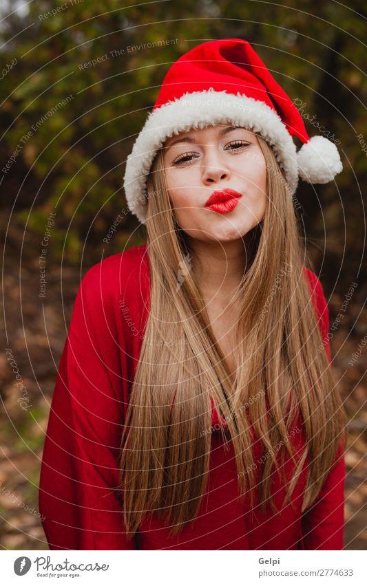 Frau Mensch Natur Weihnachten & Advent schön weiß rot Baum ruhig Freude Wald Winter Gesicht Lifestyle Erwachsene Glück