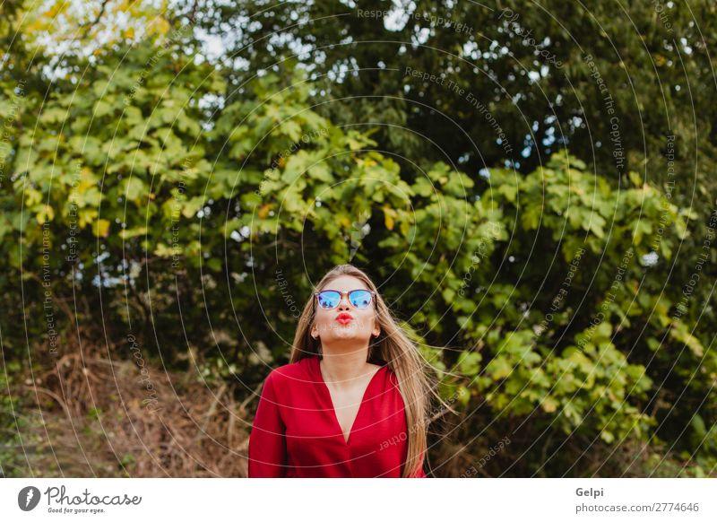 Hübsches blondes Mädchen mit roten Kleidern. Lifestyle Stil schön Mensch Frau Erwachsene Lippen Natur Herbst Baum Blatt Park Straße Mode Bekleidung Sonnenbrille