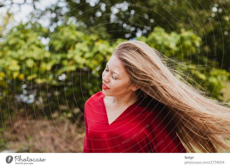 Hübsches blondes Mädchen mit roten Kleidern draußen. Lifestyle Stil schön Mensch Frau Erwachsene Lippen Natur Herbst Baum Blatt Park Straße Mode Bekleidung
