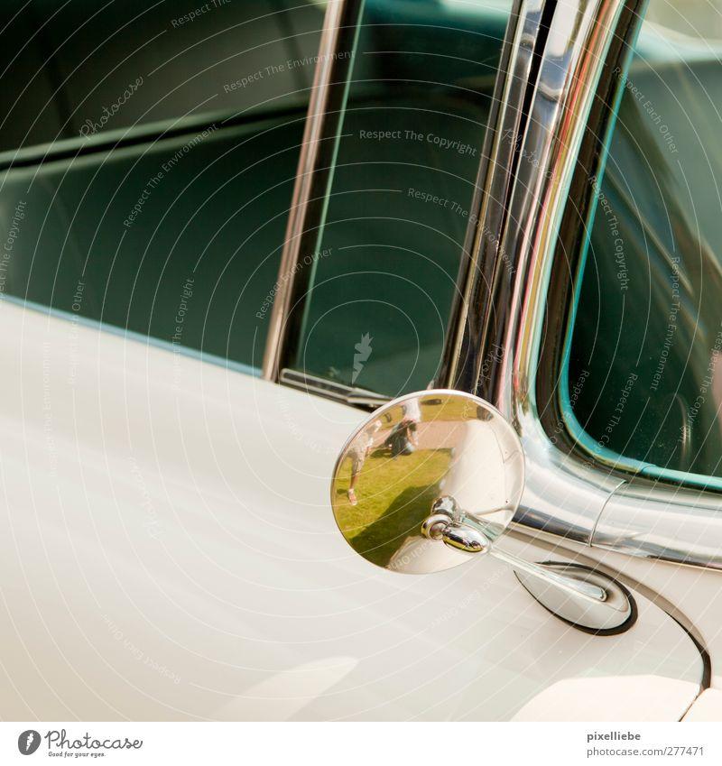 Hüpf rein... Ausflug Sonnenlicht Gras Wiese Verkehrsmittel Autofahren Fahrzeug PKW Oldtimer Cabrio Spiegel alt retro sportlich weiß Design Vergangenheit